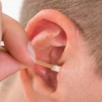 綿棒の正しい使い方を知って耳垢を押し込まないようにするには
