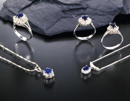 彼女へネックレスのプレゼントは宝石が付いている方が良いの?