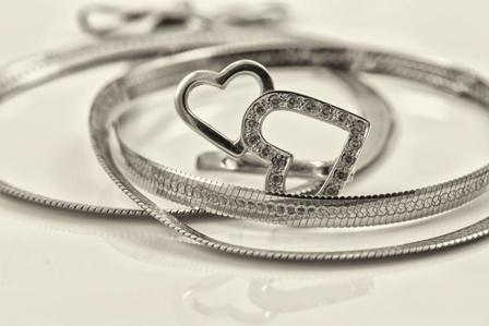 彼女へのネックレスのプレゼントはシルバー、ゴールド、プラチナどれがいい?